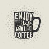 Taza a mano de la silueta de café con las letras Fotografía de archivo