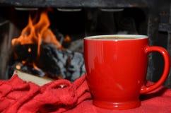 Taza, manta y fuego Foto de archivo libre de regalías