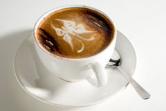 Taza maravillosamente adornada de café caliente Fotografía de archivo libre de regalías