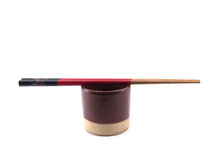 Taza marrón japonesa y palillos aislados en el fondo blanco Foto de archivo libre de regalías
