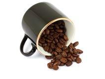 Taza negra con los granos de café imágenes de archivo libres de regalías