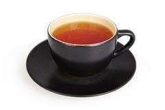 Taza negra de té aislada en blanco Imagen de archivo