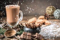 Taza o café de cristal del cacao con espuma de la leche imagen de archivo libre de regalías