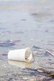 Taza plástica abandonada blanco Fotografía de archivo