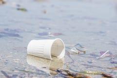 Taza plástica abandonada blanco Imágenes de archivo libres de regalías