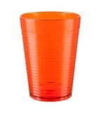 Taza plástica anaranjada aislada en un fondo blanco Imagen de archivo libre de regalías