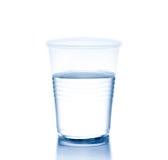 Taza plástica con agua, el concepto de nutrición y la dieta Imagen de archivo