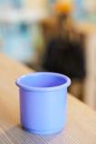 Taza plástica púrpura del juguete Imagenes de archivo