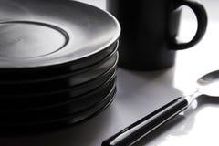 Taza, placas, cucharilla Foto de archivo