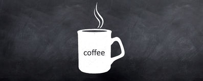 Taza que trata con vapor de café caliente Foto de archivo
