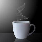 Taza realista de té o de café caliente con humo Fotos de archivo libres de regalías