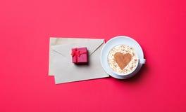 Taza, regalo y sobres Foto de archivo libre de regalías