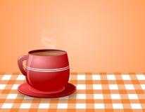 Taza roja de cocer el café al vapor caliente en la tabla del control Fotos de archivo