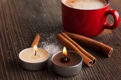 Taza roja de la cerámica de café con canela Imagenes de archivo