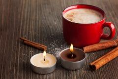 Taza roja de la cerámica de café con canela Foto de archivo libre de regalías