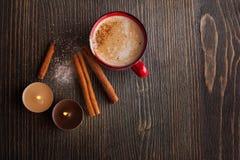 Taza roja de la cerámica de café con canela Fotografía de archivo