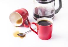 Taza roja de tazas de café de café en el fondo blanco del fondo con la taza de café Imágenes de archivo libres de regalías