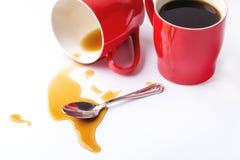 Taza roja de tazas de café de café en el fondo blanco del fondo con la taza de café Foto de archivo libre de regalías