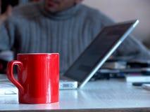 Taza roja del asunto Foto de archivo libre de regalías