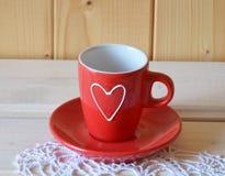 Taza roja para el té o el café Foto de archivo
