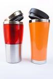 Taza roja y anaranjada de aluminio imagen de archivo