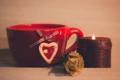 Taza romántica de bebidas calientes Imágenes de archivo libres de regalías