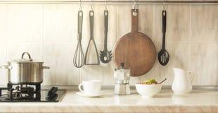 Taza sana de cocinar rápida del desayuno del concepto de la cocina de café y de granola en cuenco Imagen de archivo libre de regalías