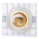 Taza sobre la toalla de cocina Imagenes de archivo