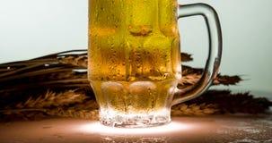 Taza tórrida de cerveza dorada metrajes
