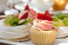 Taza-tortas con sabor a fruta Imagen de archivo libre de regalías