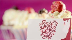 Taza-tortas y tarjeta hechas en casa con el logotipo del homebakery metrajes