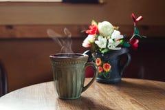 Taza tradicional de cofee en el vector de madera del café Fotos de archivo libres de regalías