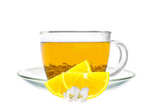 Taza transparente de rebanadas del té verde y del limón aisladas en blanco Imagen de archivo