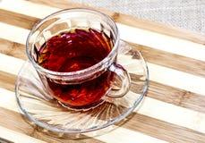 Taza de té en la tabla Imagen de archivo