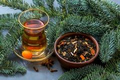 Taza turca de té y de té seco Té de la Navidad con las especias Fotos de archivo