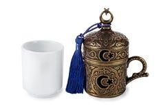 Taza turca del cofee en fondo aislado blanco Imagen de archivo
