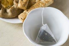 Taza verde del brebaje de las bolsitas de té Imágenes de archivo libres de regalías