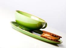 Taza verde encantadora con el cocinero del helado de chocolate imagen de archivo libre de regalías