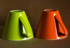 Taza verde y anaranjada Fotografía de archivo libre de regalías