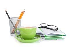 Taza, vidrios y materiales de oficina verdes de café Fotos de archivo