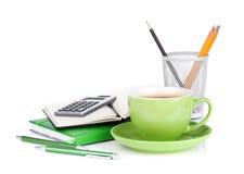 Taza, vidrios y materiales de oficina verdes de café Imagenes de archivo