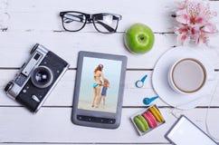 Taza vieja de la cámara, del smartphone, de las auriculares, de la tableta y de café de la foto encendido Fotos de archivo libres de regalías
