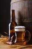 Taza y botella de cerveza Fotos de archivo libres de regalías
