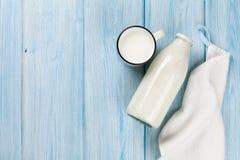 Taza y botella de la leche imagenes de archivo