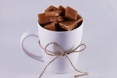 Taza y caramelo blancos Imagenes de archivo