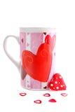 Taza y corazones de la tarjeta del día de San Valentín imagen de archivo libre de regalías