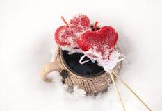 Taza y corazones de té foto de archivo