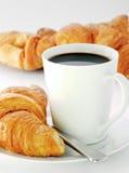 Taza y croissants Imagenes de archivo