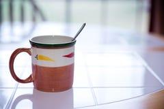Taza y cuchara Foto de archivo libre de regalías