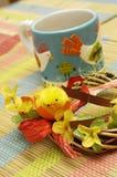 Taza y decoración casera fotos de archivo libres de regalías